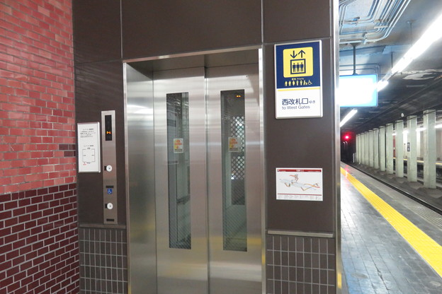 花隈駅下りホーム エレベーター_01