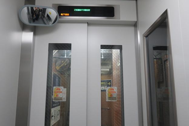 花隈駅下りホーム エレベーター_02