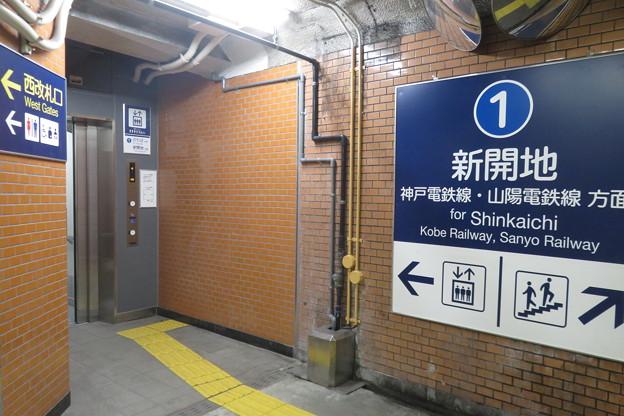 花隈駅下りホーム エレベーター_03