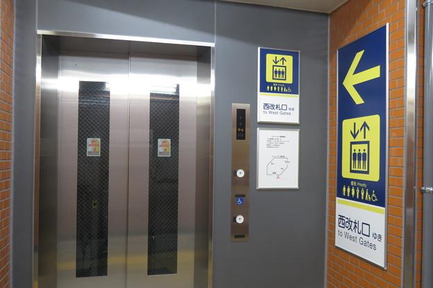 花隈駅上りホーム エレベーター_02