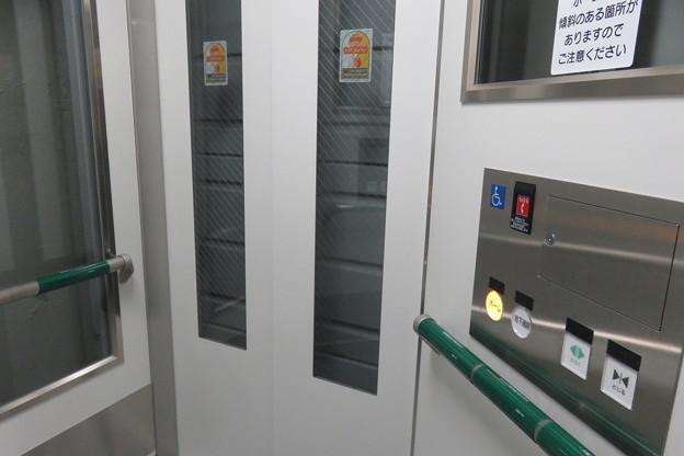 花隈駅上りホーム エレベーター_04