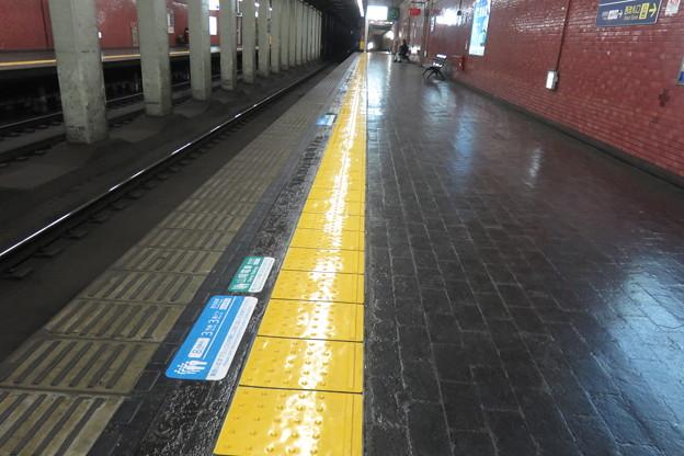 花隈駅 ホームの床表示_03