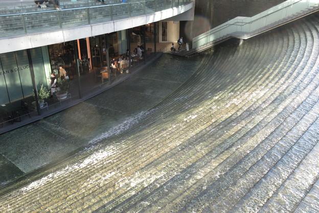 梅田 階段の滝_01