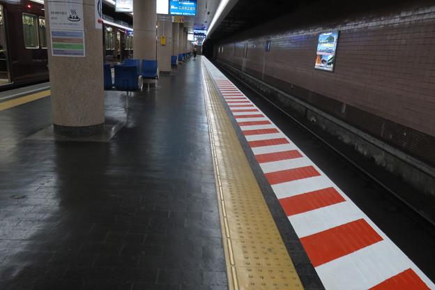 新開地駅 ホームのストライプ_01