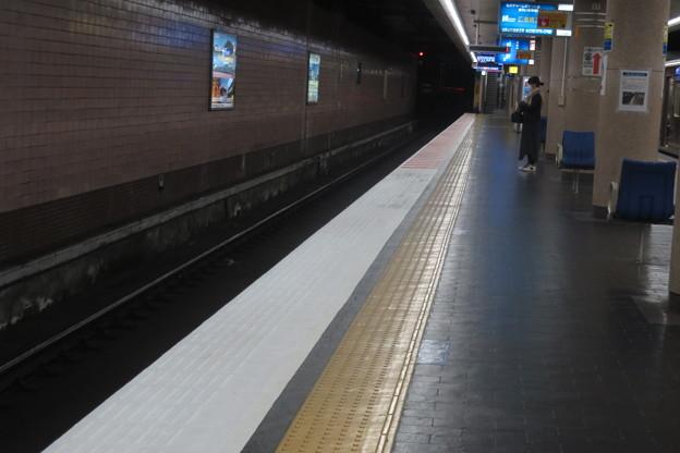 新開地駅 ホームのストライプ_03