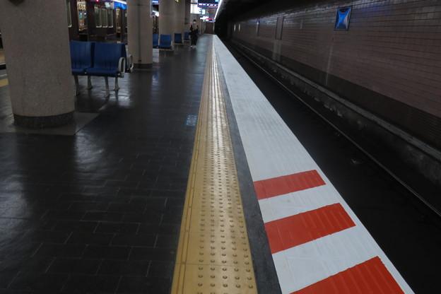 新開地駅 ホームのストライプ_02