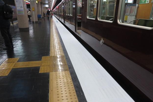新開地駅下りホームストライプ準備_01