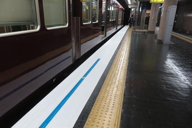 新開地駅下りホームストライプ準備_02