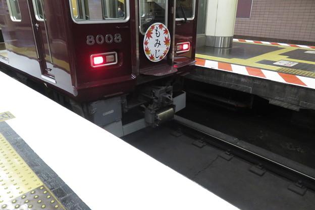 新開地駅下りホームストライプ準備_03