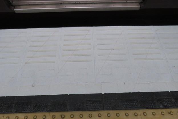 新開地駅下りホームストライプ準備_04