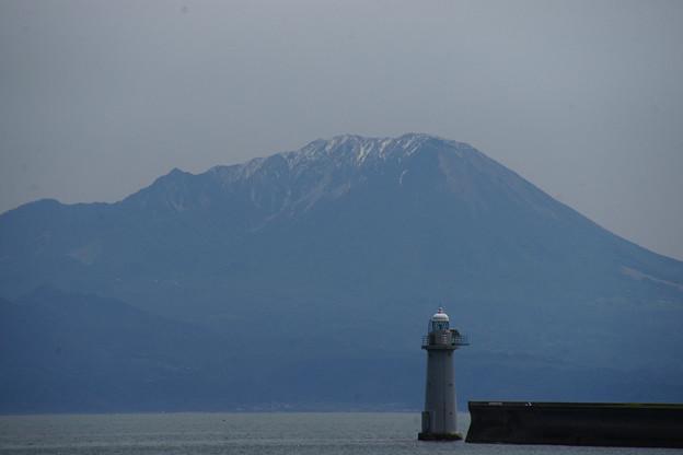 大山と灯台