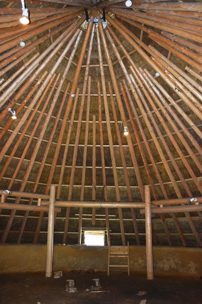 竪穴建物の内部(鉄器工房内の復元)