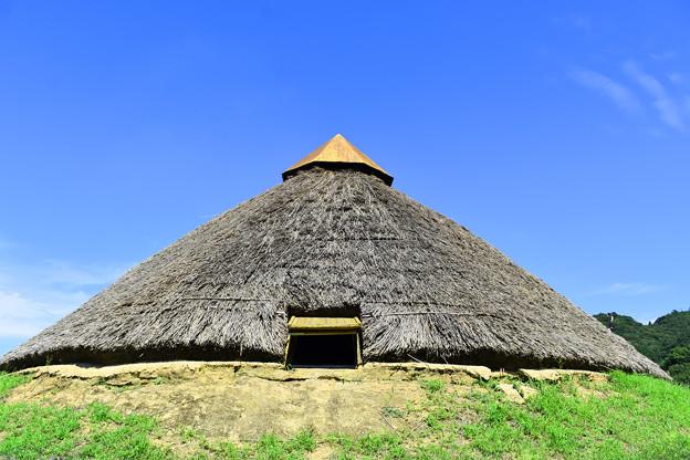 Photos: 竪穴建物(鉄器工房の復元)