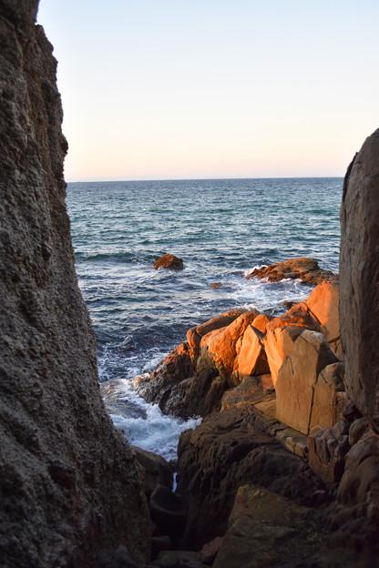 夕陽に染まる明神岬
