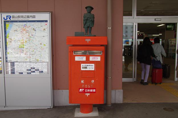 s0132_薬売り像のポスト_富山駅前