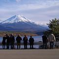 Photos: s6402_本栖湖と富士山を眺める人々