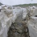 雪渓の中の道