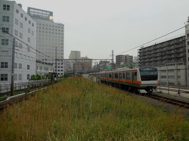 旧万世橋駅ホームと中央線快速列車