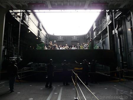 121012-ひゅうが 格納庫から船首リフターUP (50)