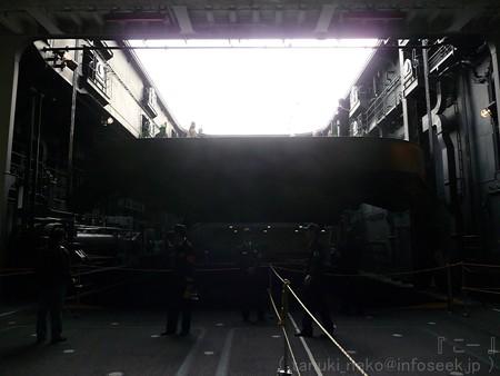 121012-ひゅうが 格納庫から船首リフターUP (70)
