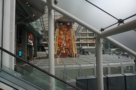 02 博多祇園山笠 飾り山 博多駅 2013年 サザエさん写真10エスカレータより
