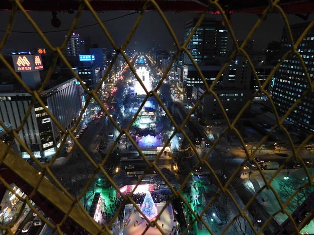 札幌市大通~さっぽろ雪まつり中のテレビ塔外階段越しの夜景