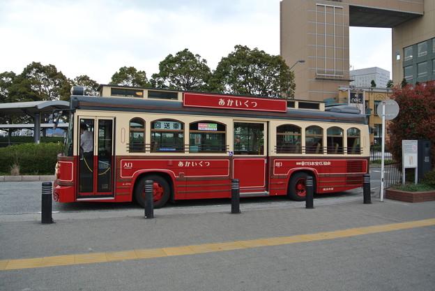 横浜のあかいくつバスの側面