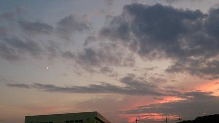 真っ赤な夕焼けと月 やっと夕方が涼しくなってきた