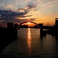 写真: 安治川水門と夕日