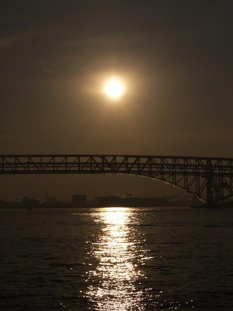 港大橋と朝日