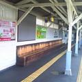 Photos: 東急池上線、旗の台駅のホームにあるベンチ。見た目は渋くていいけど...