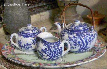 お茶セットが東洋っぽい