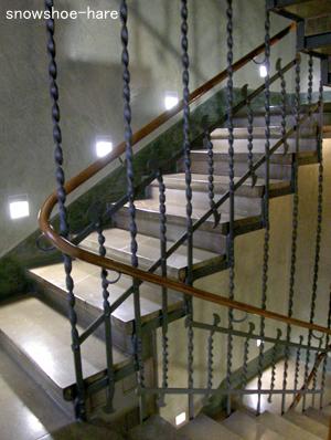 金属ネジネジ階段