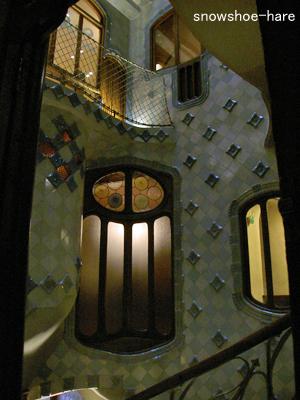 中庭吹き抜けのタイルと窓