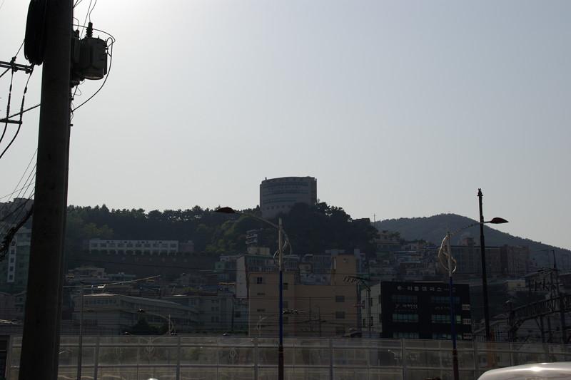 釜山倭城の二ノ丸には東区図書館が建っている。
