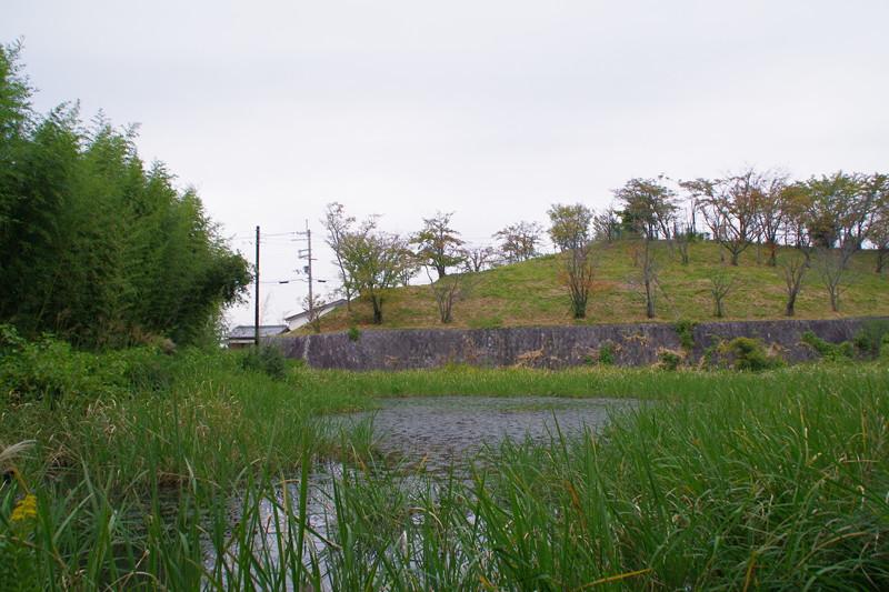 小学校南のため池に城の痕跡を見ることができる