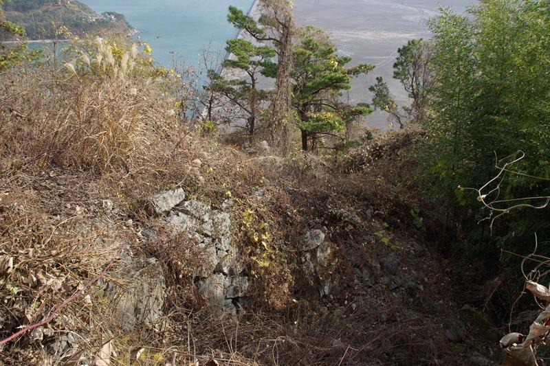 港と連結する登り石垣も藪の中