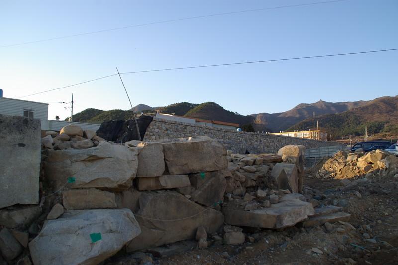 発掘復元作業中の熊川邑城
