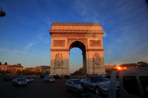 (仏)パリ、赤く染まった凱旋門 ★