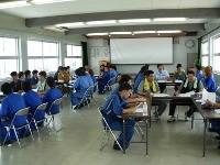 青年部会の方と訓練生がグループに分かれ自動車業界の話しを聞いています。