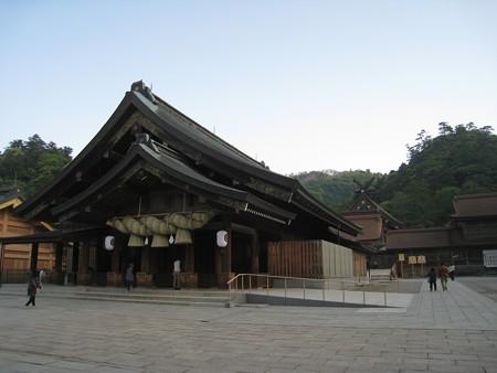 出雲大社 朝日が射す前の拝殿