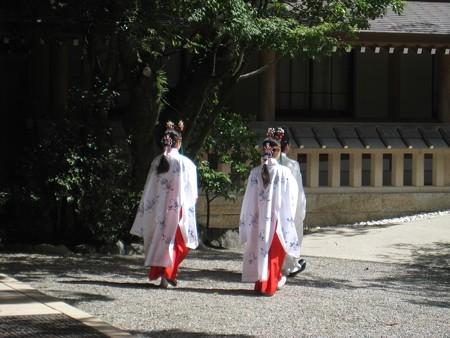 熱田神宮06 斎館に向かう神主と巫女