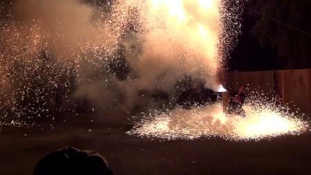 三河手筒花火08-足下は火の波しぶき