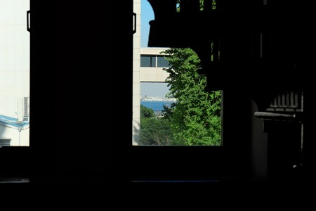 2013.11.21 横浜市開港記念会館 螺旋階段下の窓から港