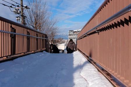 2014.02.09 駅前 雪と歩道橋 手摺に頼る日