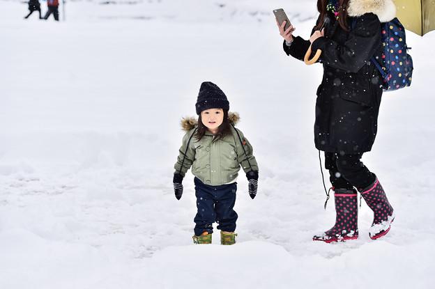 賞雪的小女孩