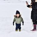 写真: 賞雪的小女孩