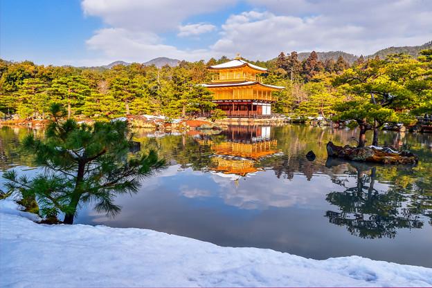 雪妝點下的金閣寺