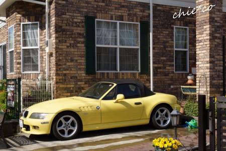 黄色の車の映えるカフェ・・