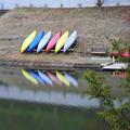 写真: 10月まで営業のカヌー体験のカヌーたちは休息中。